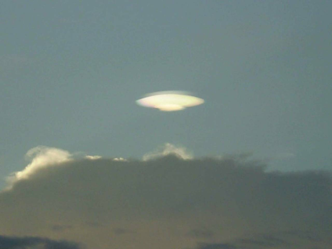 陳姓台東市民前傍晚在台東市太平溪出海口,望向中央山脈方向,意外喜見一片雲朵狀似飛...