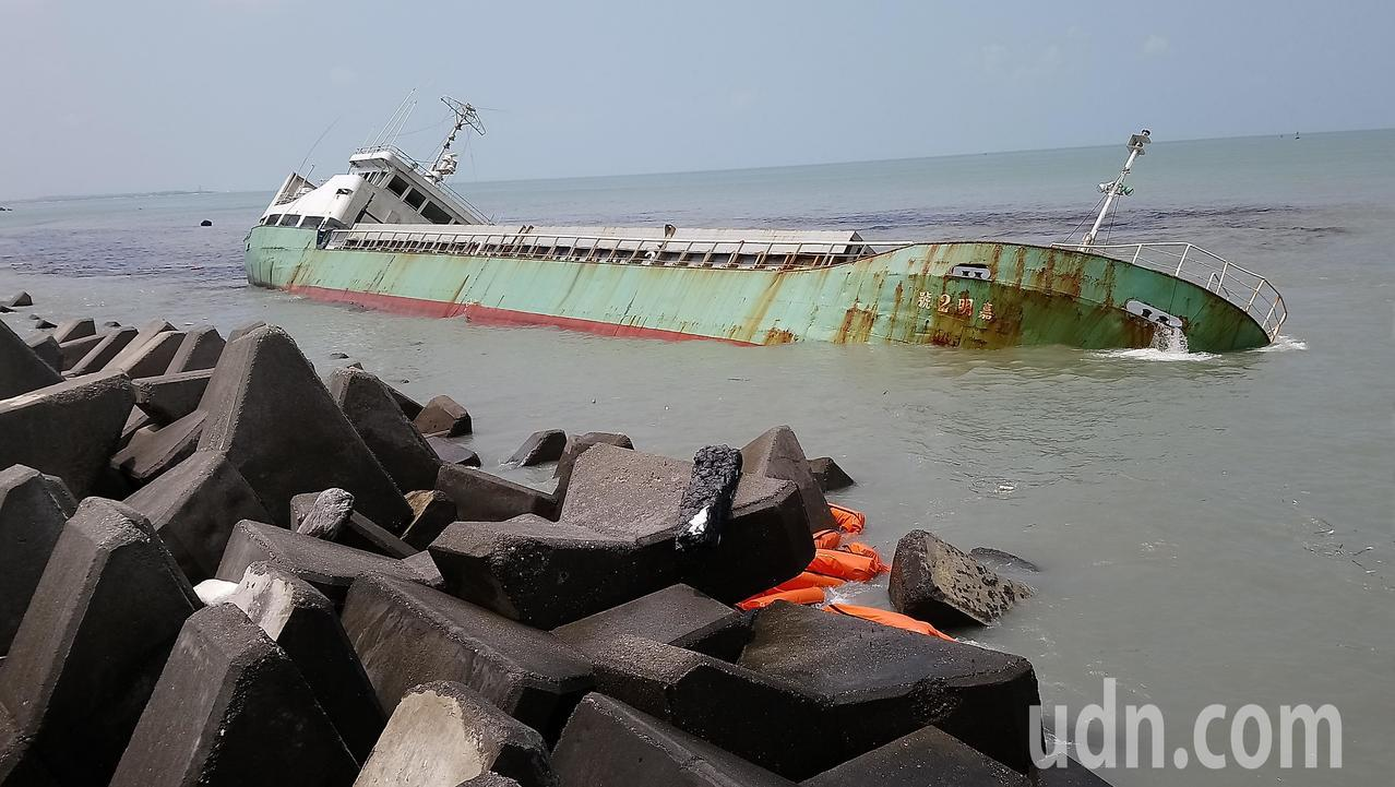 嘉明2號貨輪目前頃斜45度,船艙重油外漏。記者卜敏正/攝影