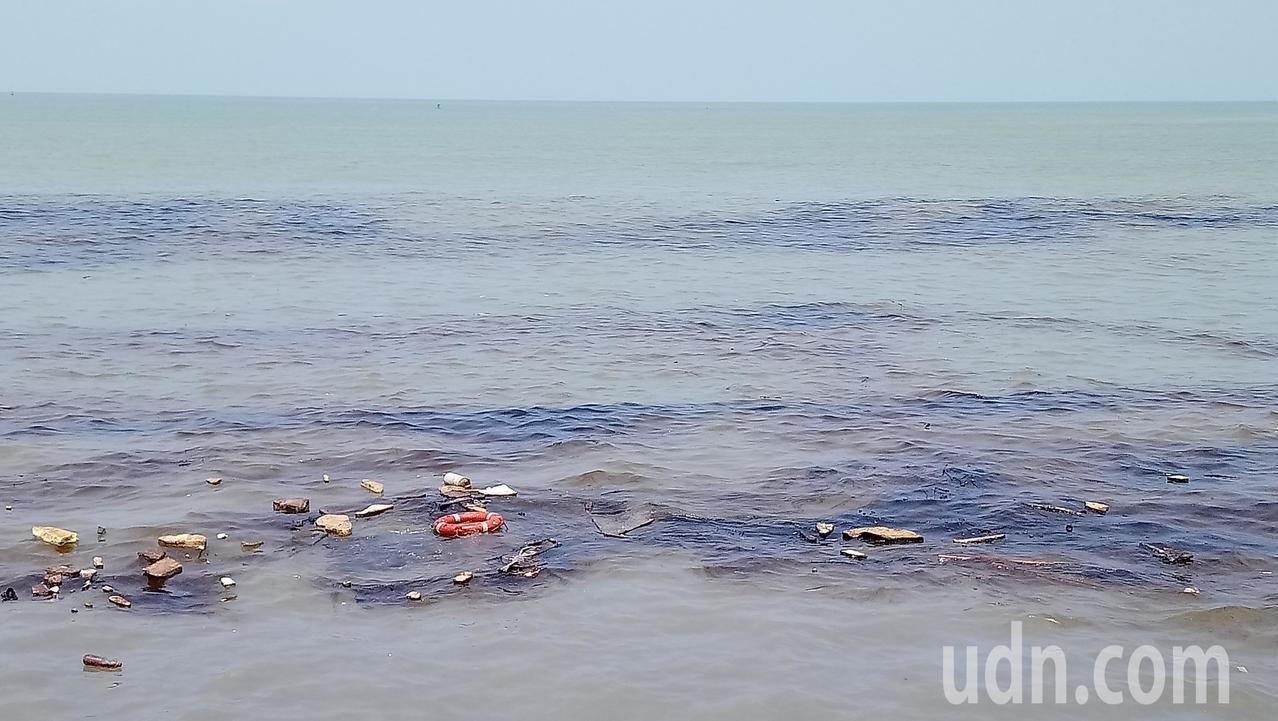 嘉明2號貨輪船艙重油外漏,週邊海面一片油污。記者卜敏正/攝影