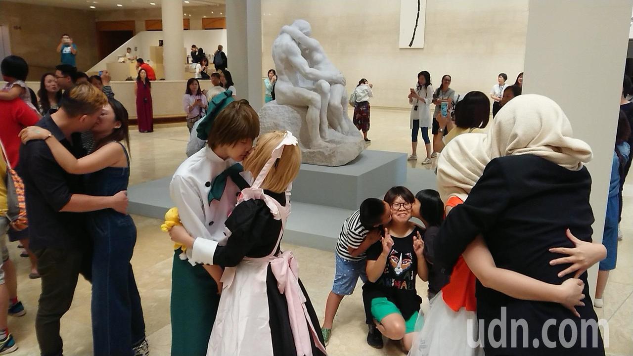 「百吻高美館」12日在高美館登場,上百對情侶、夫妻、親子及好友共聚法國雕塑家羅丹...