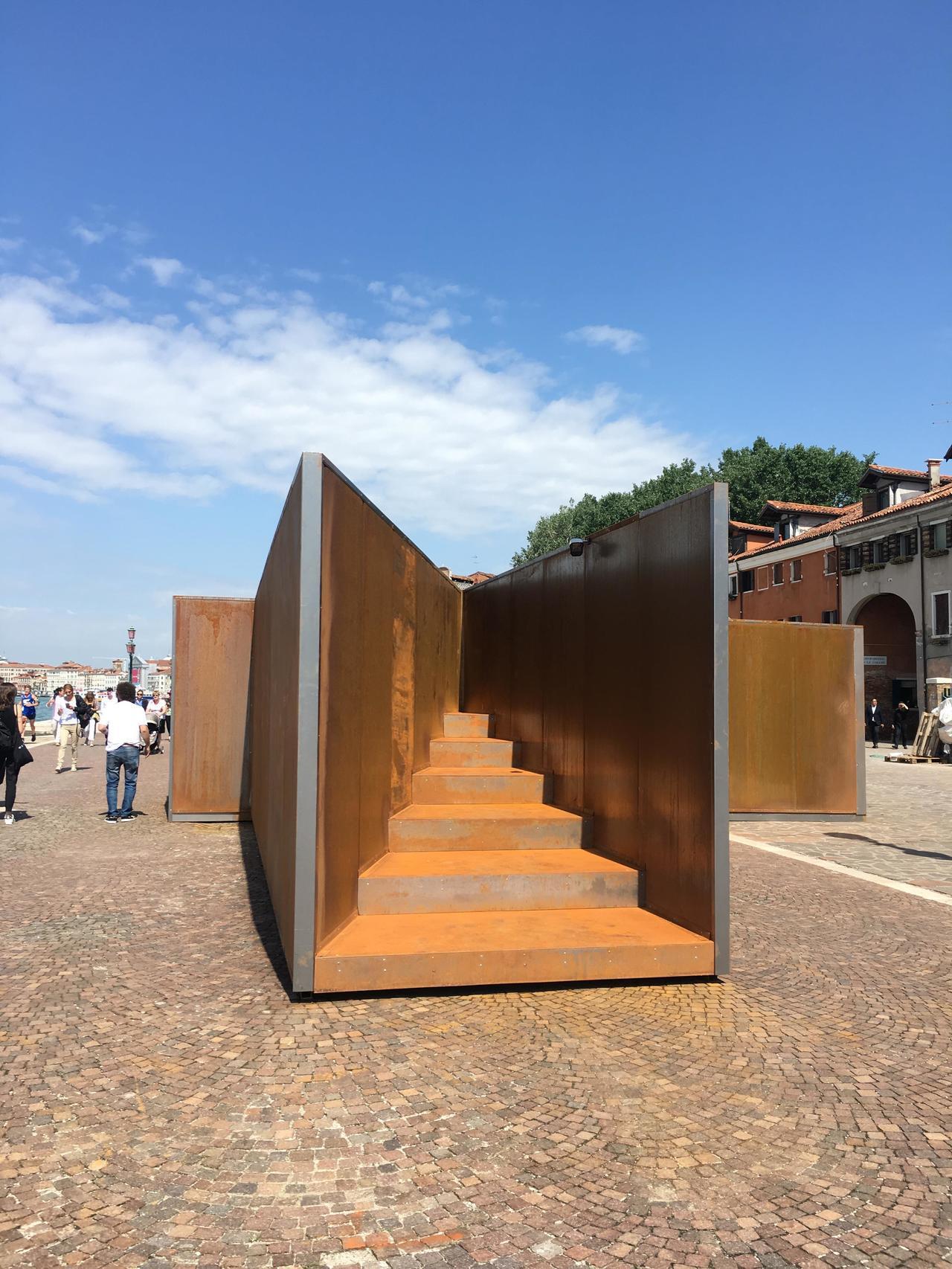 威尼斯建築雙年展期間,走在街上都會有意外的展品。圖為耐候鋼製品,推廣不怕生鏽的鋼...