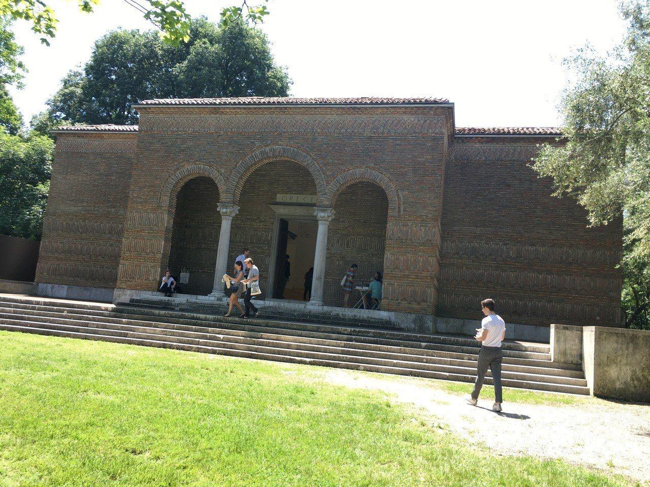 威尼斯建築雙年展的綠園展區有許多專屬的國家館,各館頗富不同國家特色,圖為希臘館。...