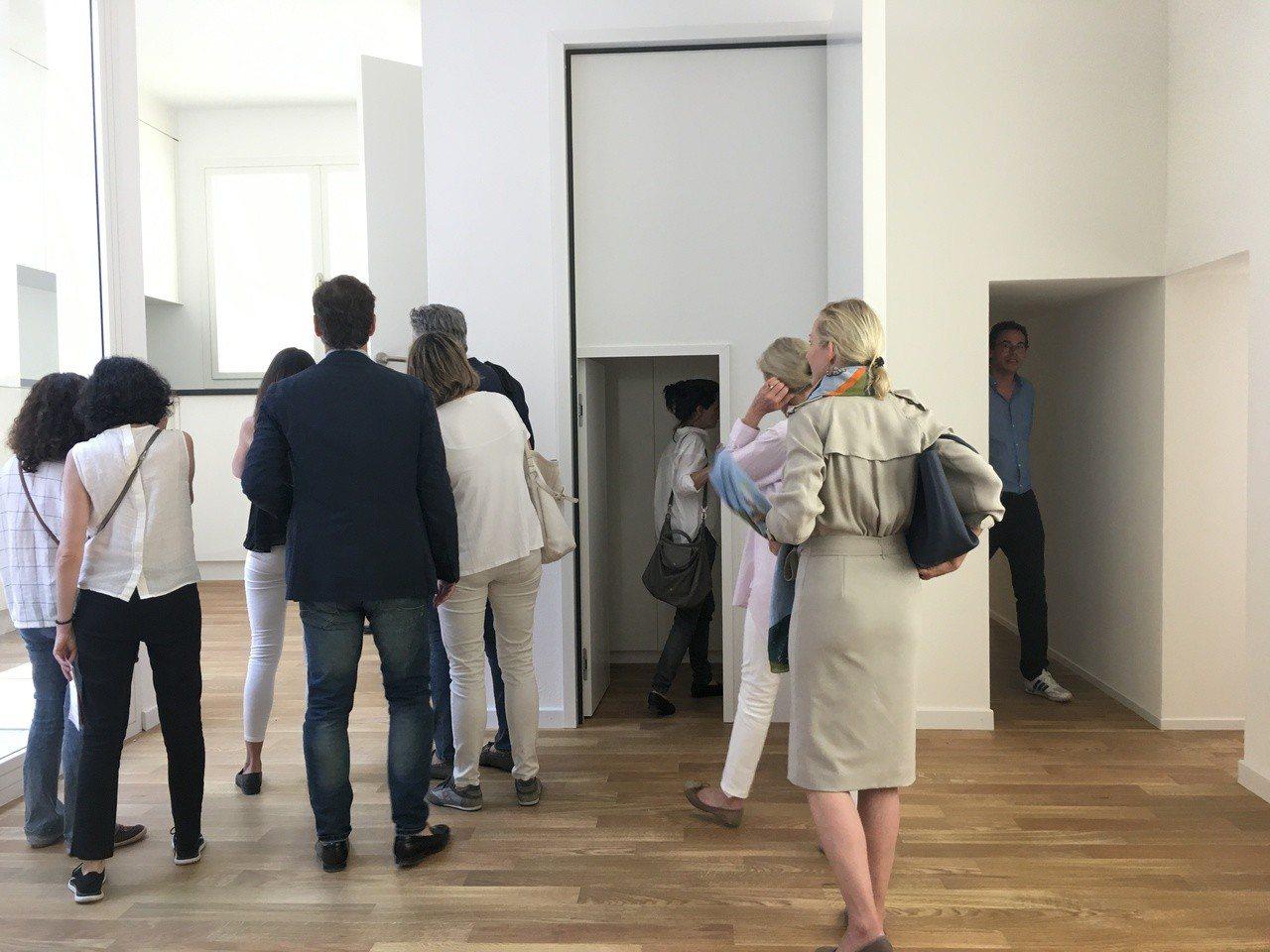 瑞士館《瑞士240:房屋導覽》各類房間尺寸大小都有,讓觀眾驚喜不斷。記者何定照/...