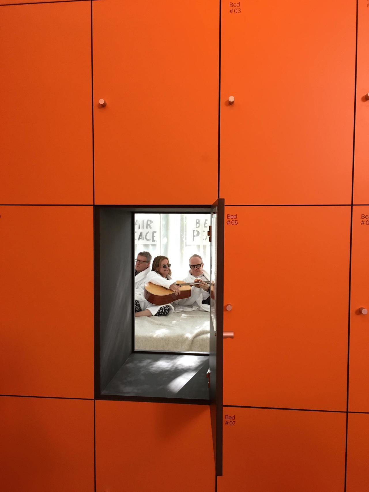 荷蘭館布滿櫃子,打開不同櫃門,如見不同世界。記者何定照/攝影