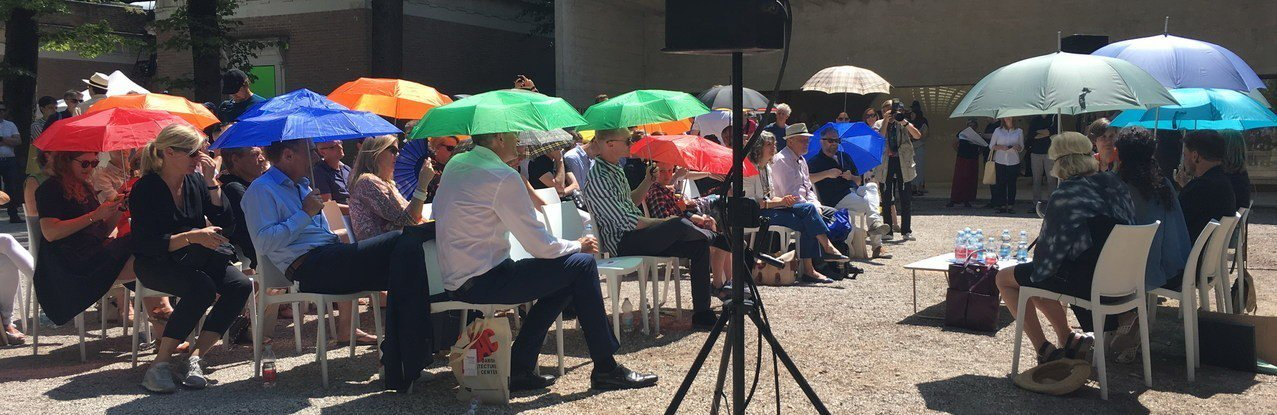 威尼斯建築雙年展展區內,大家撐傘聽演講。記者何定照/攝影