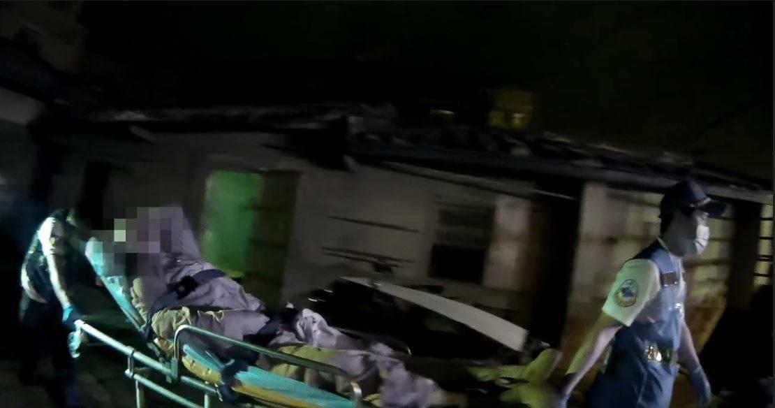 蔡姓老翁二度中風,經員警破門後,消防人員將他送醫急救。記者黃宣翰/翻攝