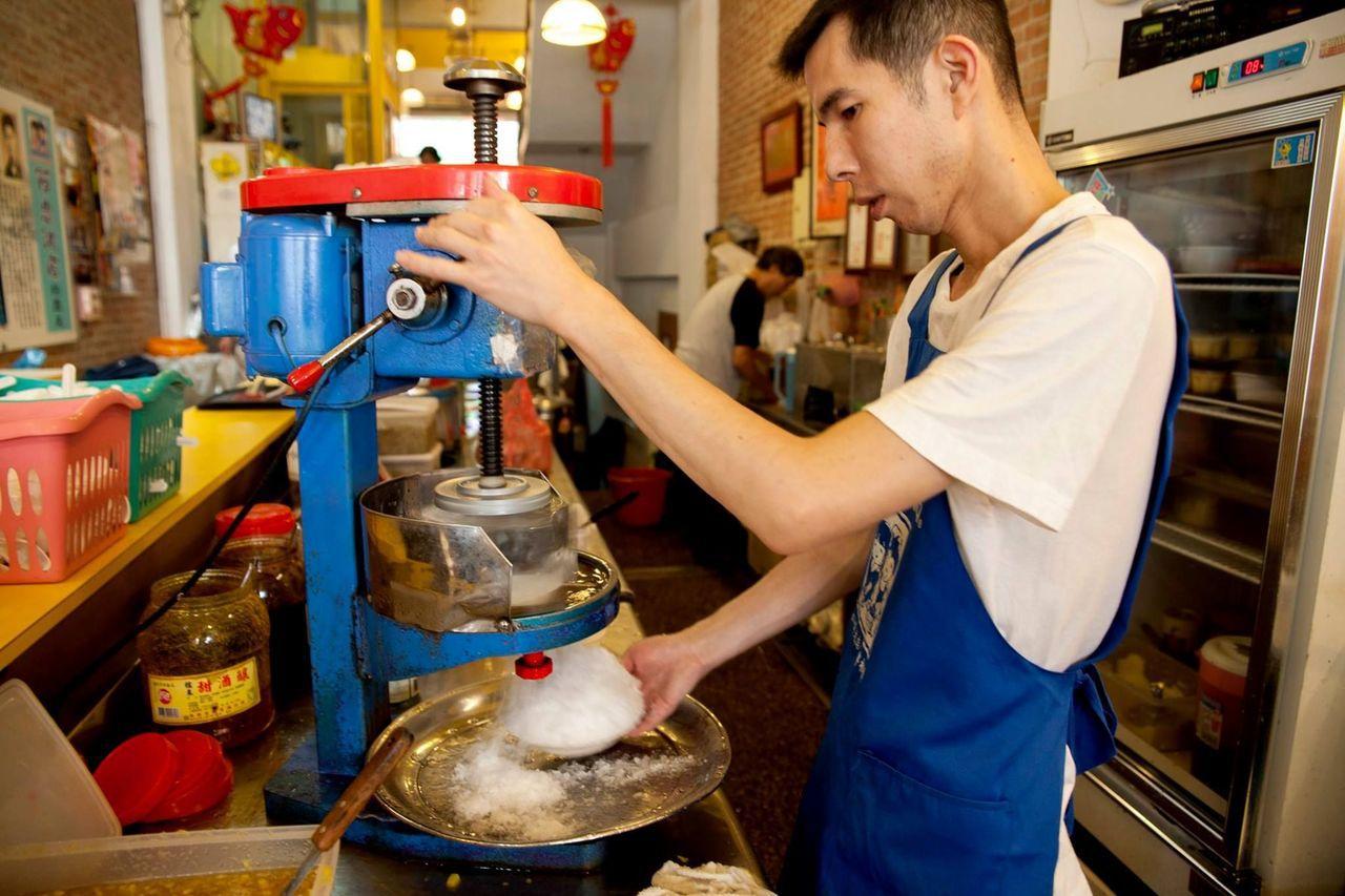 阿忠冰店老闆堅持純手工製造,料好實在。圖/新竹市府提供