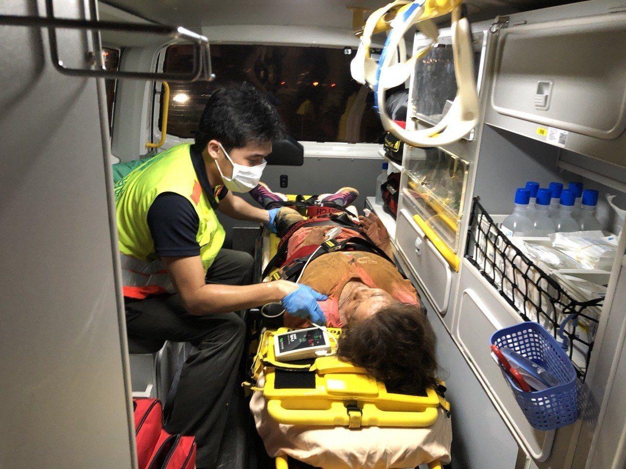 80歲失智阿嬤倒在爛泥巴士,搜救犬和消防人員找到她送醫治療。圖/台中市消防局第一...