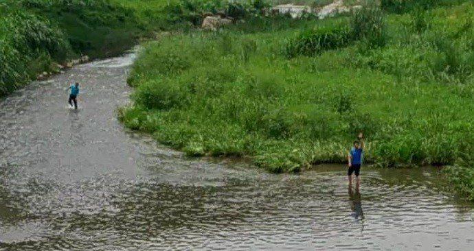 警方在霧峰乾溪中起獲黃姓男子行凶用的凶槍。圖/警方提供