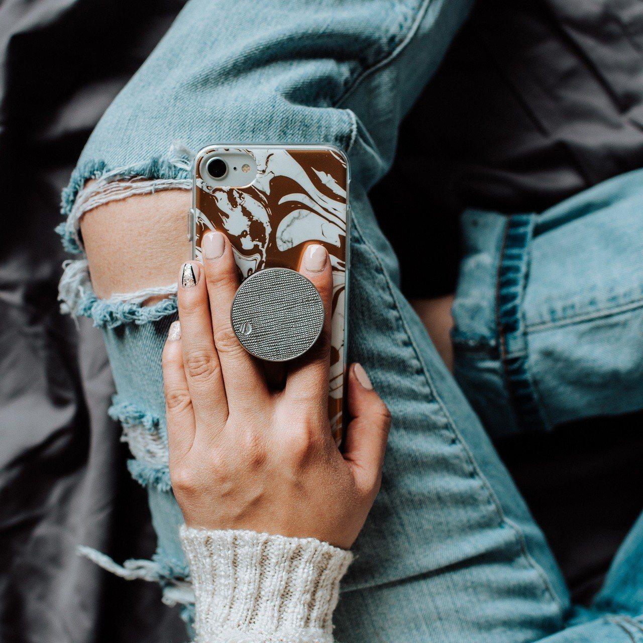 SAFFIANO壓紋皮革系列共有太空銀、玫瑰金、香檳金3款,時尚百搭。圖/P...
