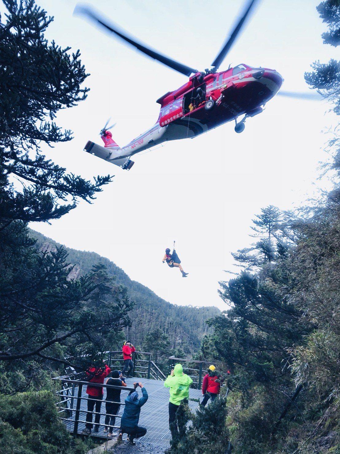 空勤總隊直升機上午出動黑鷹直升機,將受傷的山友吊掛救出。圖/民眾提供
