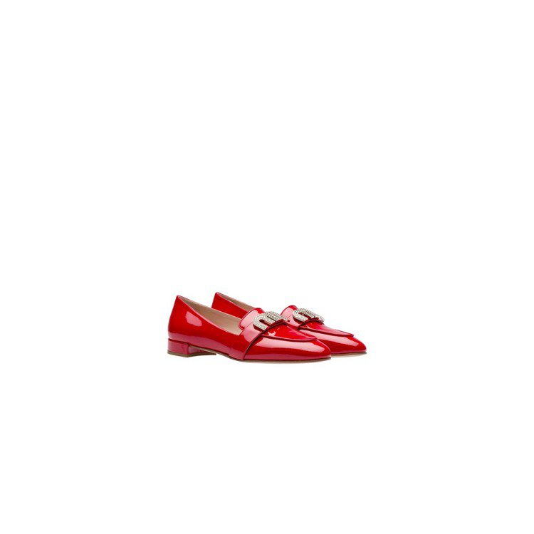 MIU MIU以漆皮材質搭配水晶裝飾品牌「MIU」造型扣飾莫卡辛鞋,價格未定。圖...