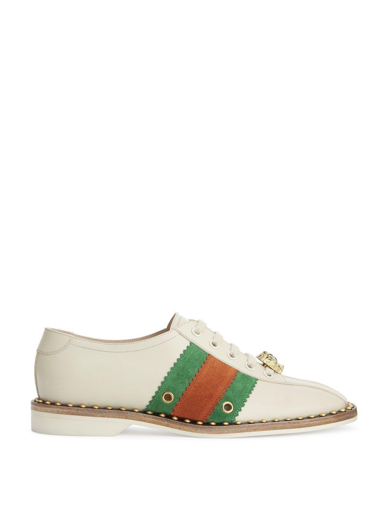 搭配Gucci經典紅綠織帶的皮鞋結合虎頭與金屬鑲嵌木頭鞋底,散發濃厚復古優雅質感...
