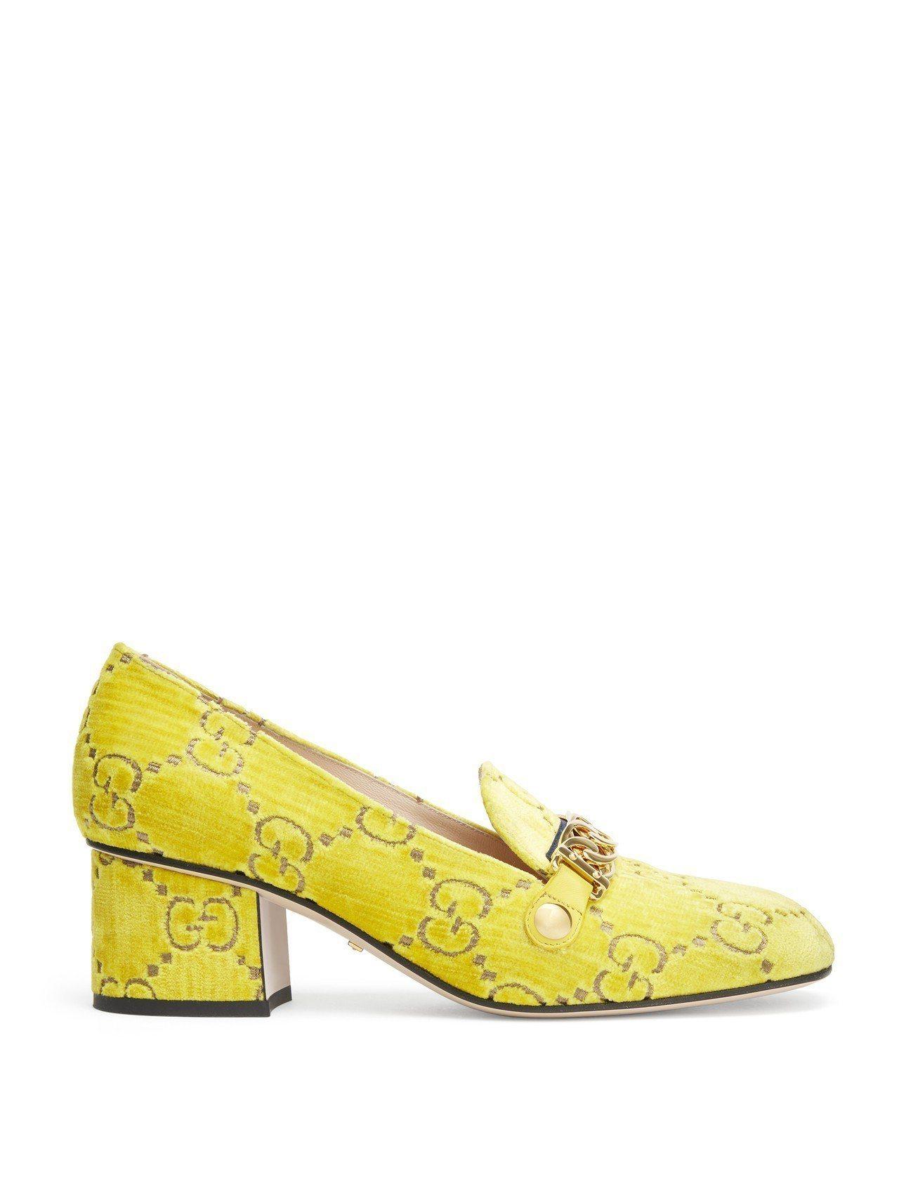 Gucci人氣商品Sylvie GG中跟鞋,以絨面黃底雙G Logo搭配金屬扣飾...