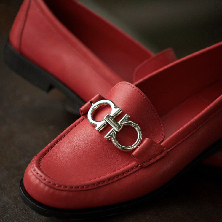 Gancini系列紅色小牛皮莫卡辛鞋,24,900元。圖/Ferragamo提供