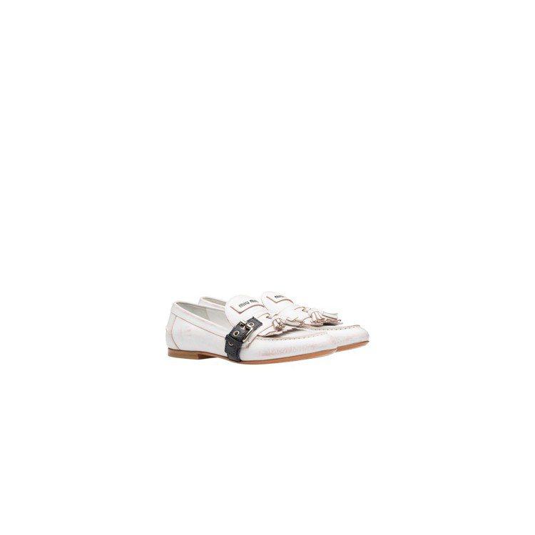 MIU MIU以繫帶式柔軟皮革配上流蘇細節款莫卡辛鞋,價格未定。圖/MIU MI...