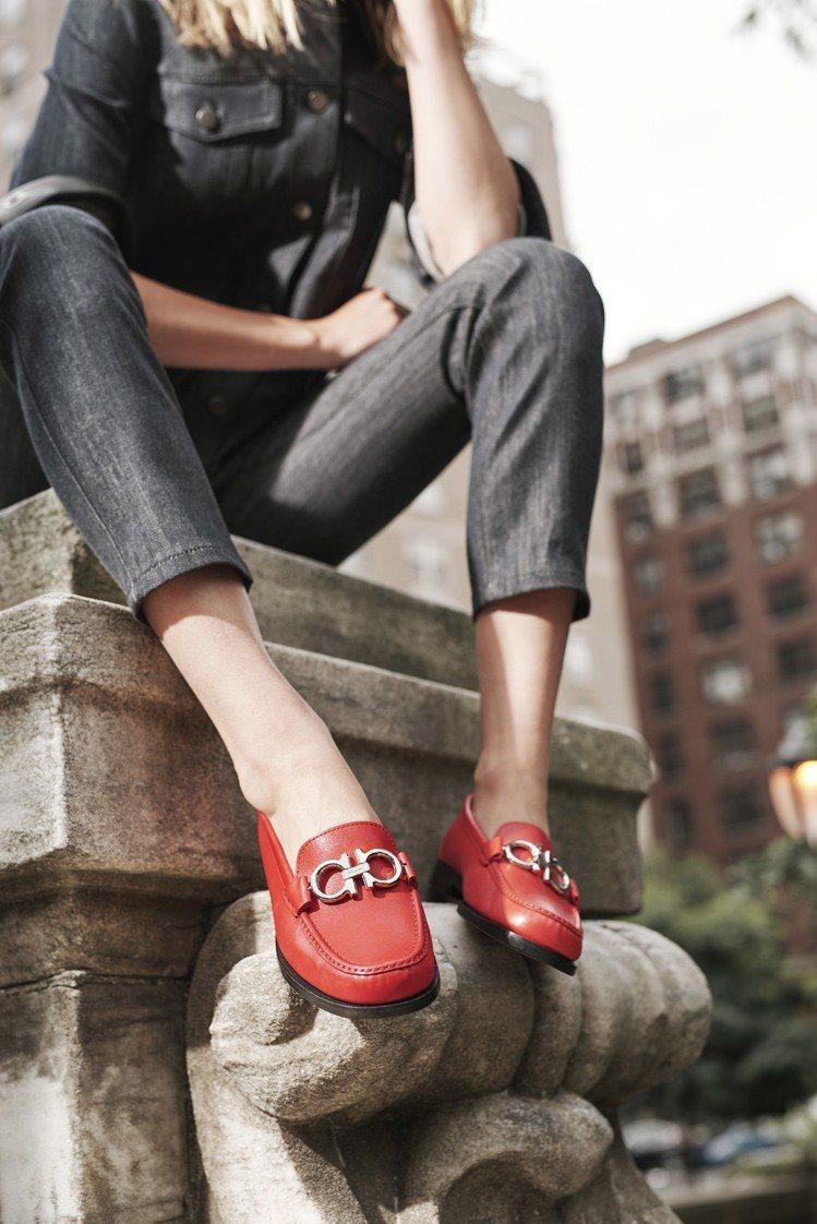 Gancini莫卡辛鞋,無論是搭配窄款褲裝,或是裙裝都很適合。圖/Ferraga...