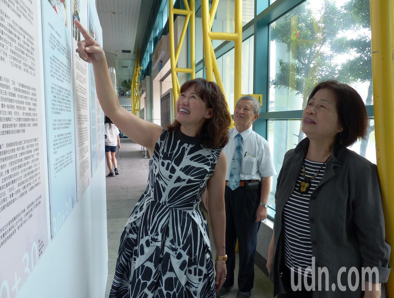 彰化縣前縣長翁金珠也現身員林火車站,對員林女性故事展表達支持。記者凌筠婷/攝影