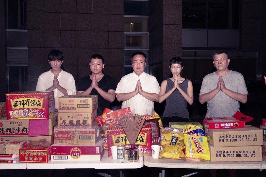 邱澤(左起)、導演王鼎霖、命理老師謝沅瑾、温貞菱以及澎恰恰拍「第九分局」時迎接鬼