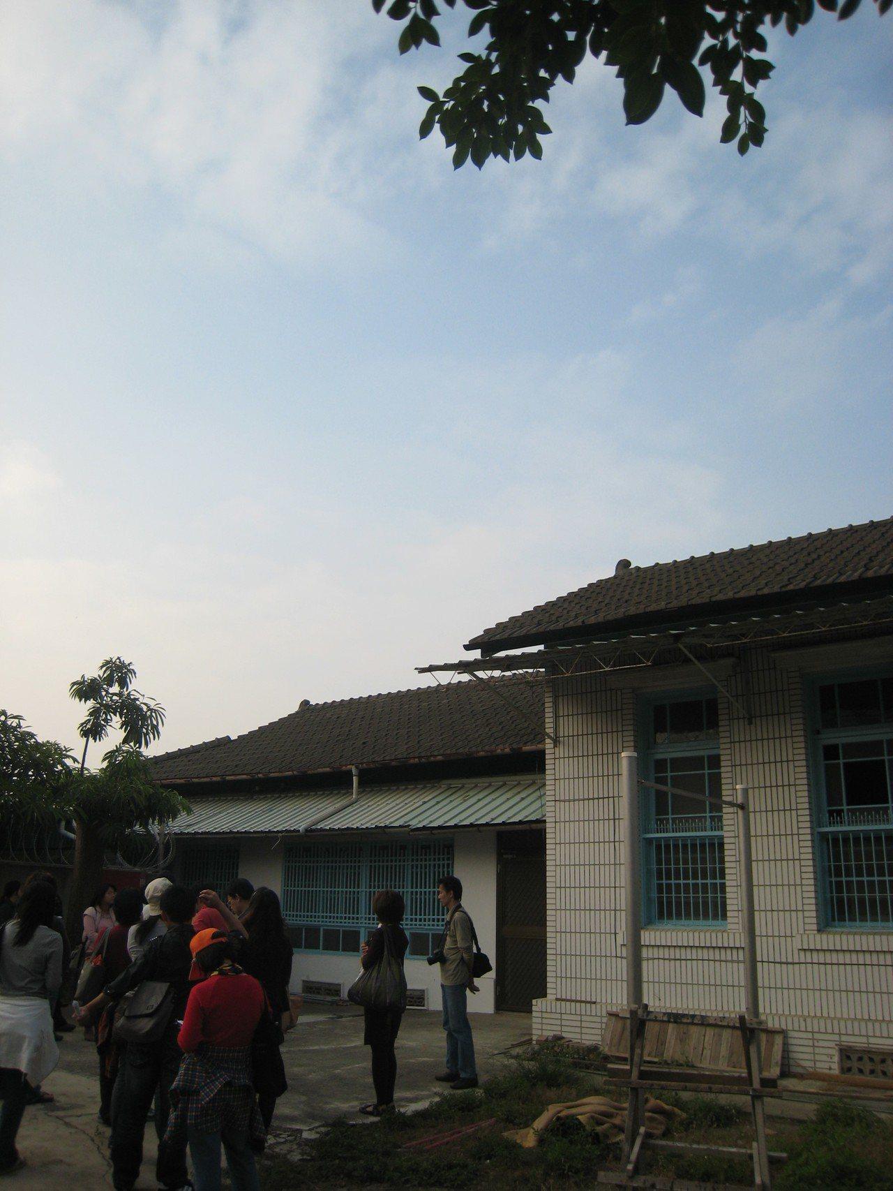 台南市定古蹟台南刑務所中的所長宿舍,有許多後期增建的磚造建物。圖/陳信安提供