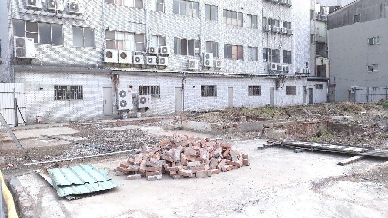台南市定古蹟台南刑務所中的合宿所經過整修,現場一片光禿禿,文史者擔心古蹟不保。圖...