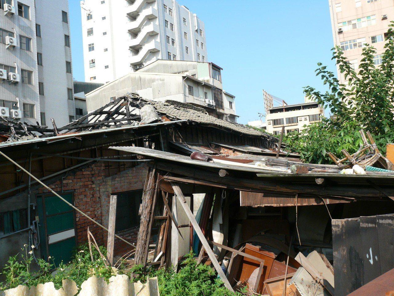 台南市定古蹟台南刑務所中的合宿所在2005年遭祝融後,仍有木構件及樑柱等殘存。圖...