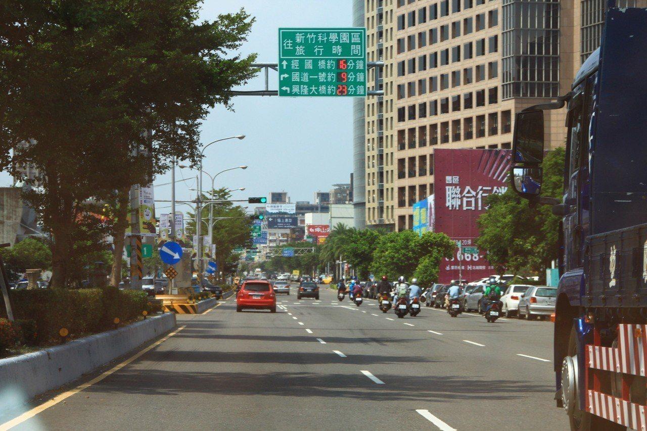 七月起率先在竹北市自強北路設置「往竹科的旅行時間看板」,讓用路人了解行車資訊。記...