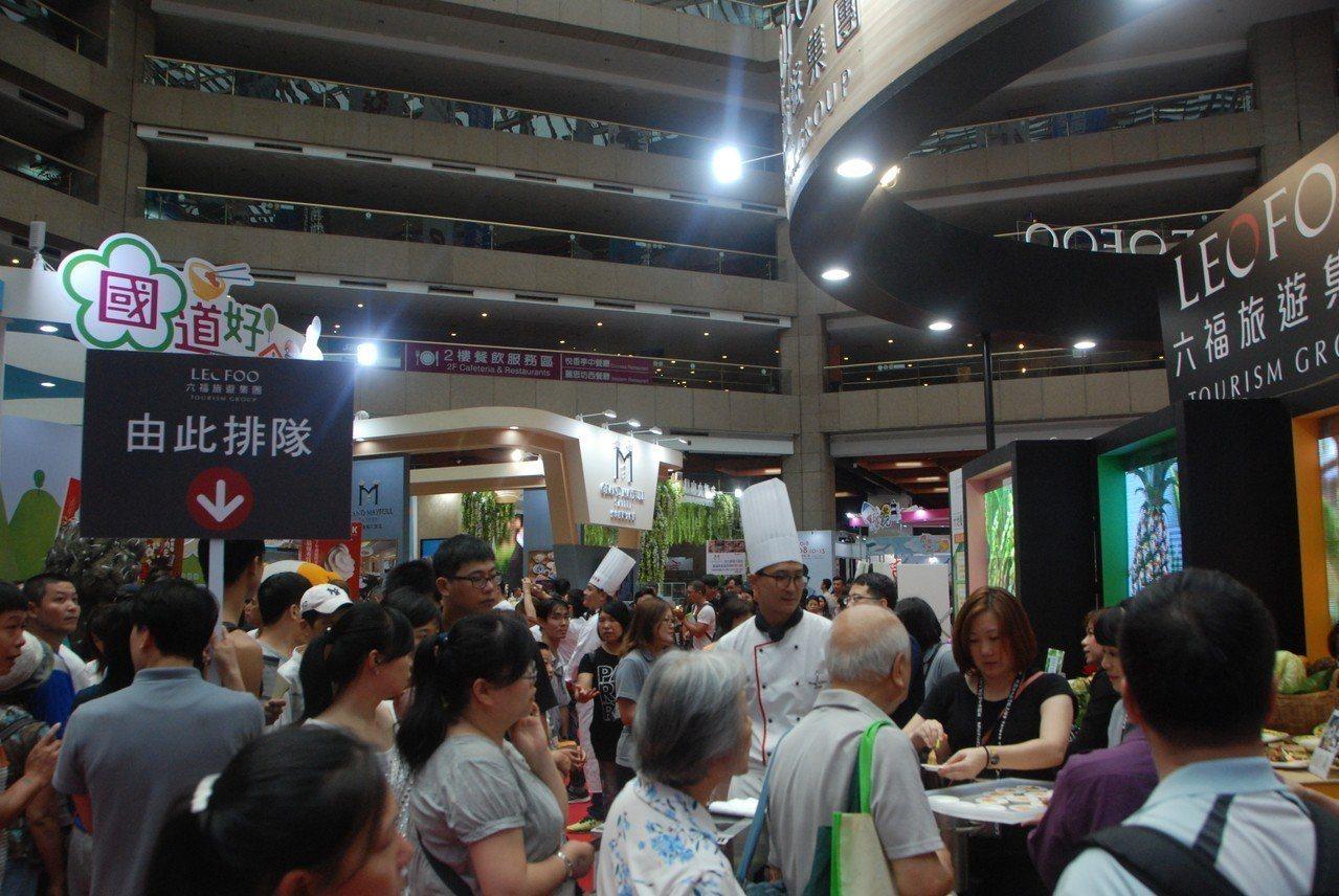 為讓民眾更加了解,現場天天邀請六福旅遊集團旗下五星主廚運用友善農作生態商品,製作...