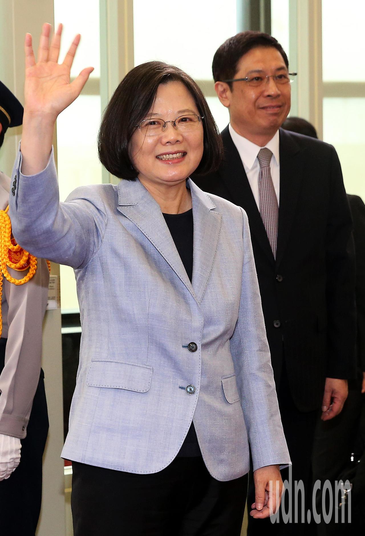 總統蔡英文(左)12日下午率團搭乘中華航空公司專機啟程展開「同慶之旅」,登機前向...