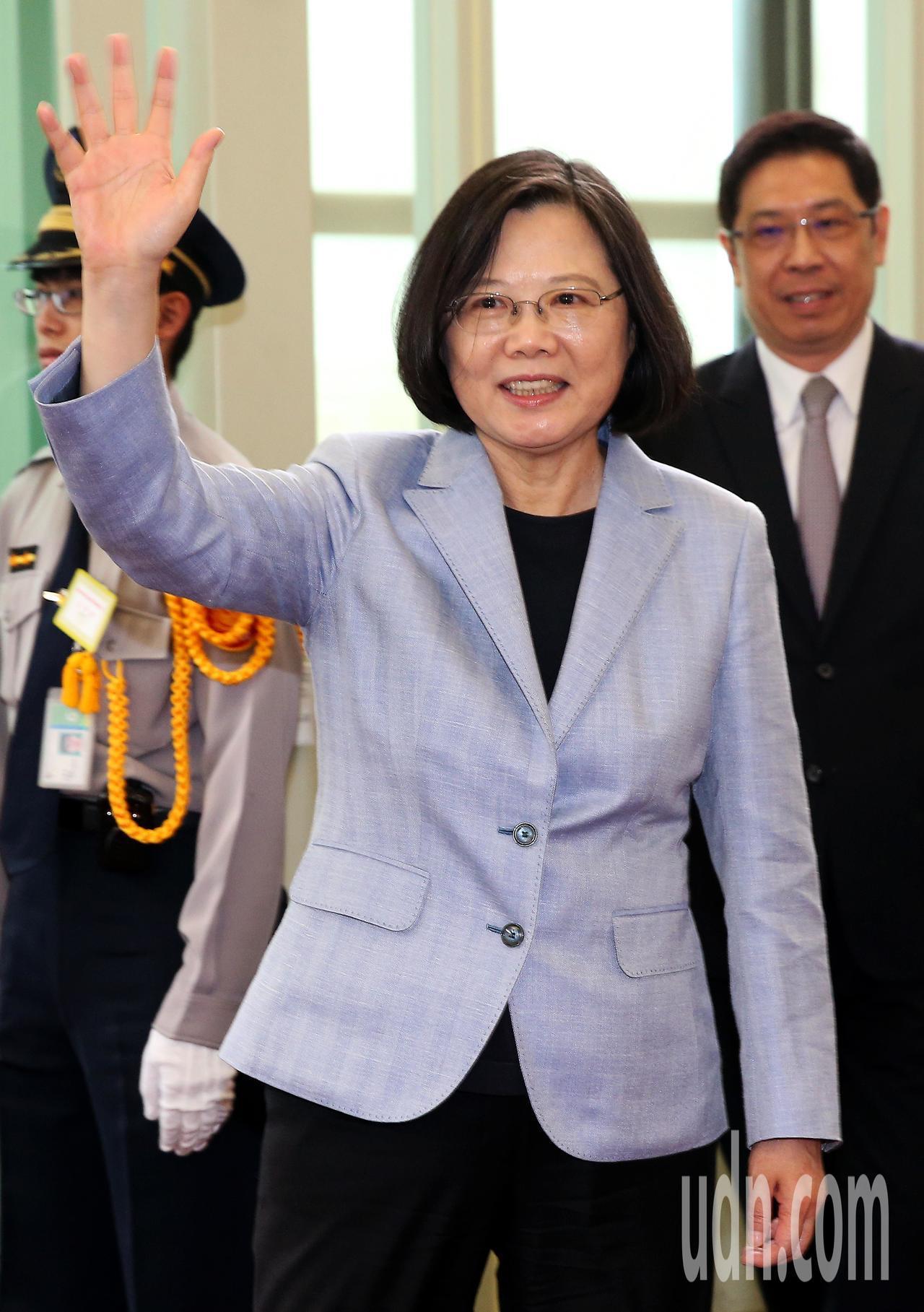 總統蔡英文(如圖)12日下午率團搭乘中華航空公司專機啟程展開「同慶之旅」,登機前...