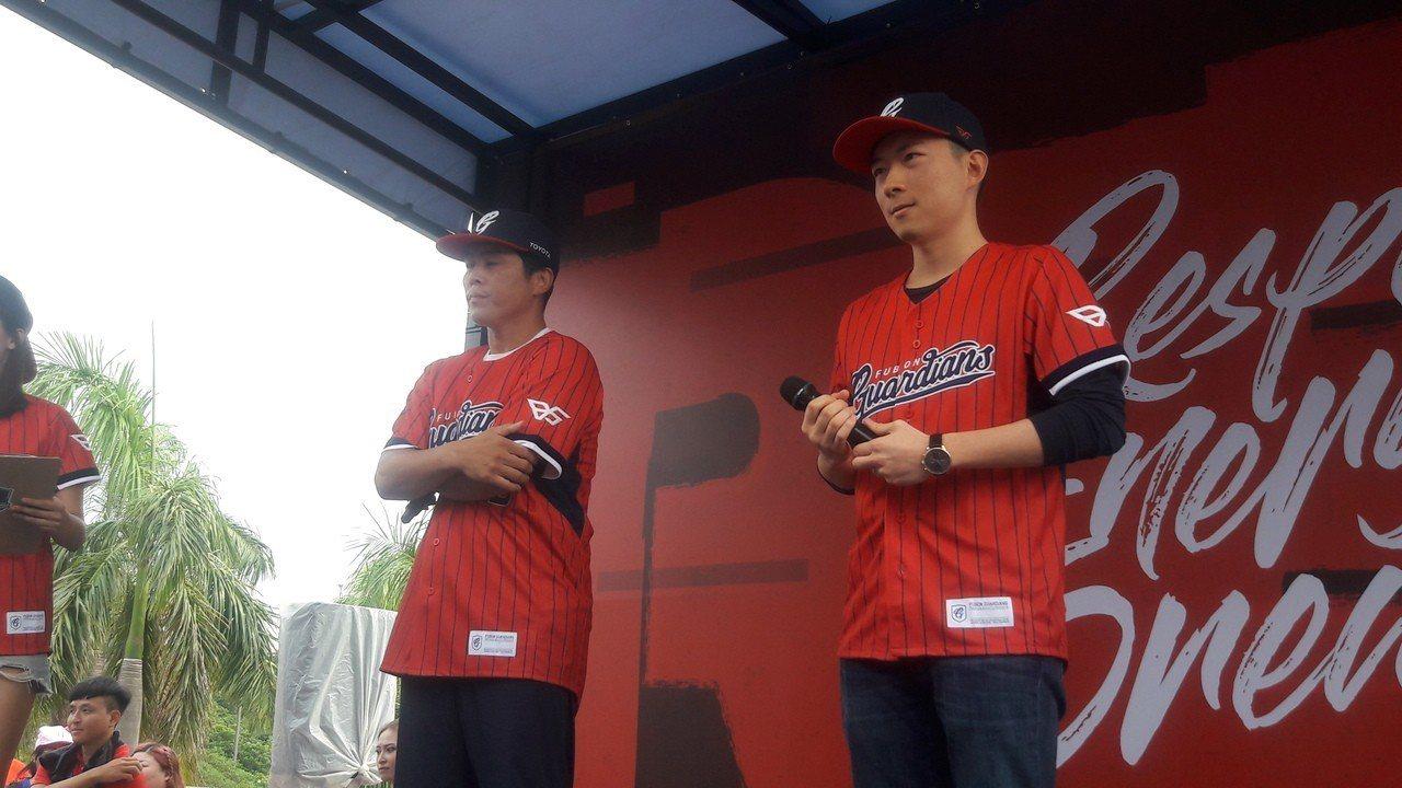 葉君璋(左)重返新莊球場,悍將領隊蔡承儒賦予培育基層棒球重任。記者藍宗標/攝影