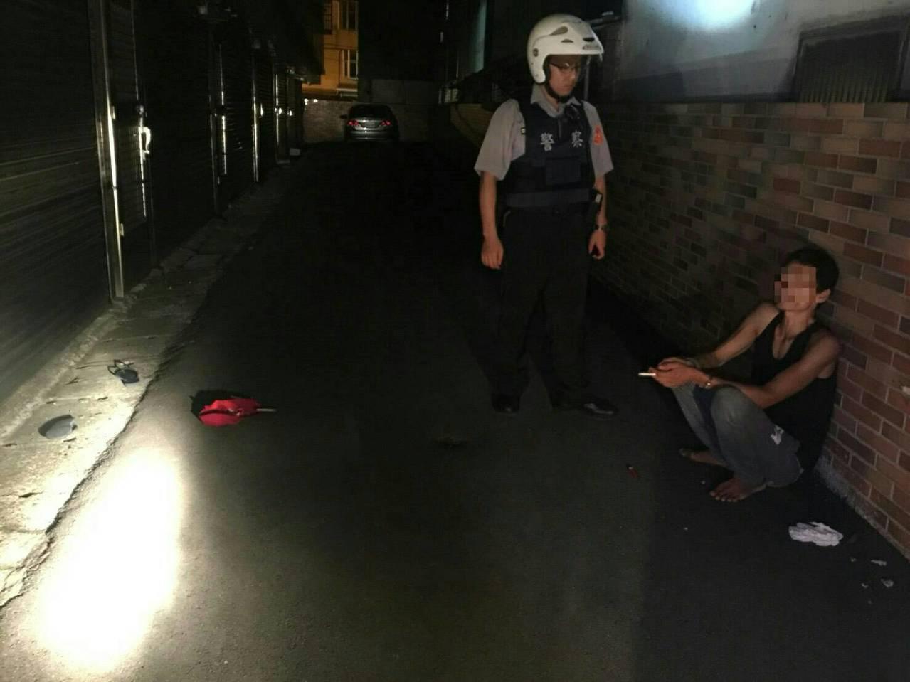 洪男注射毒品後蹲坐在路邊,警方一度以為是路倒。記者鄭國樑/翻攝