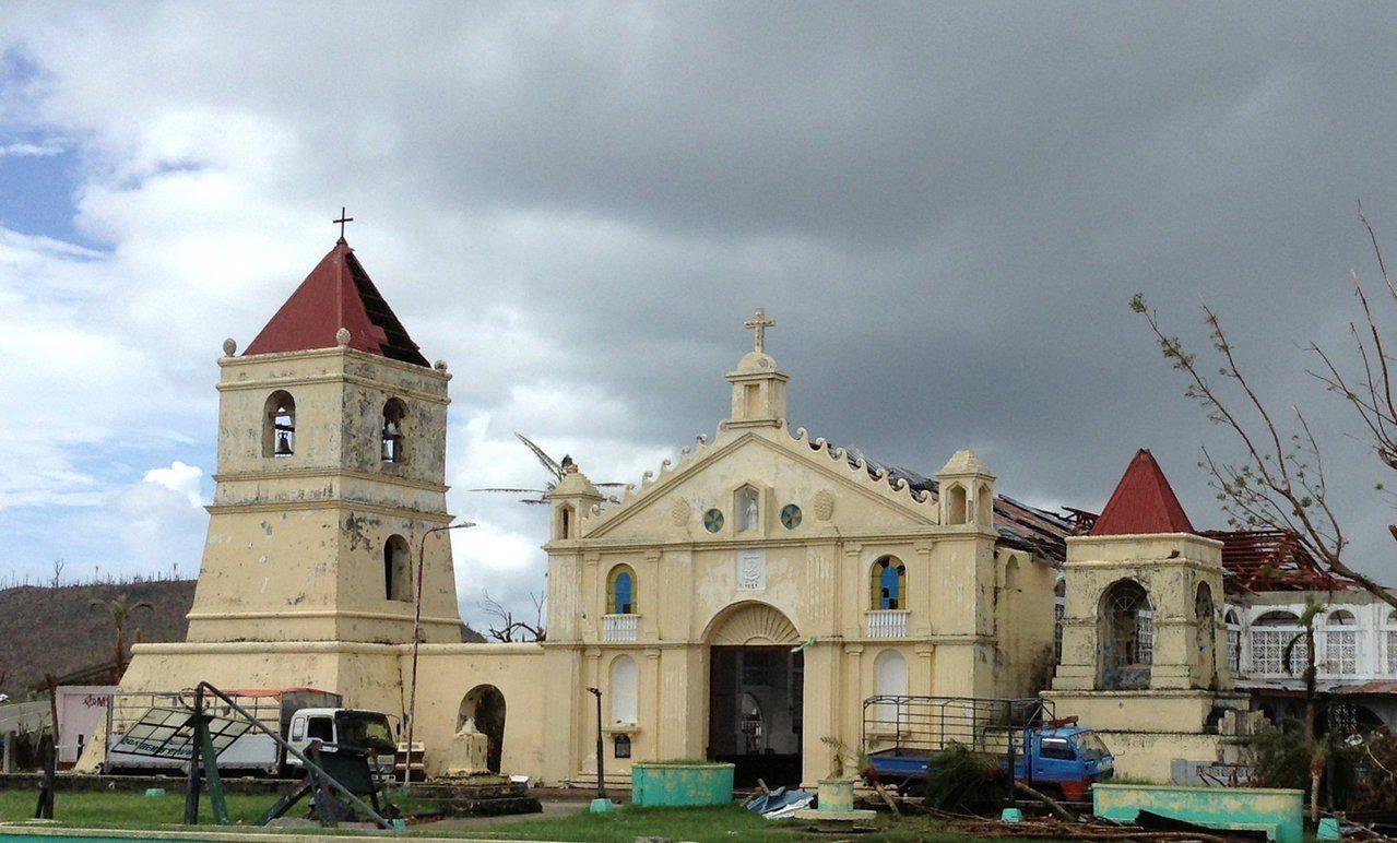 圖為2013年,菲國薩馬島巴蘭吉加鎮的教堂與鐘樓遭颱風洗禮後的檔案照。現今教堂的...