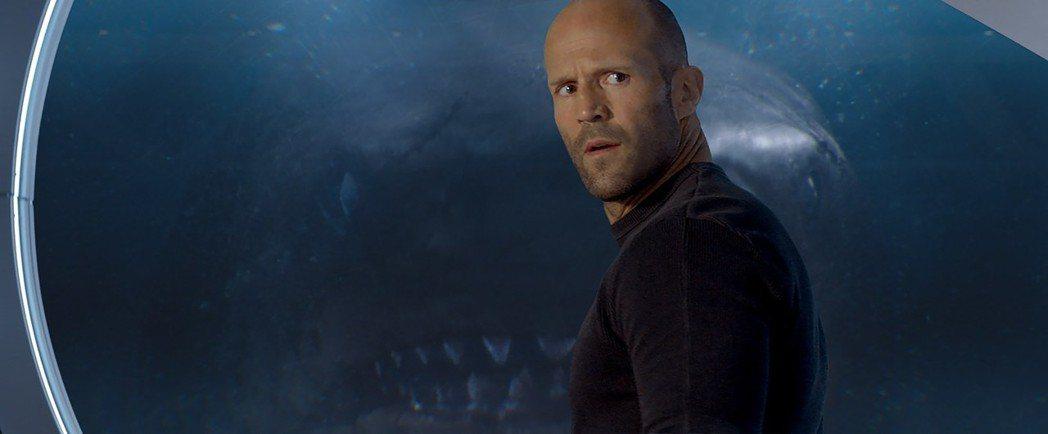 傑森史塔森在「巨齒鯊」中對抗巨大鯊魚。圖/華納兄弟提供