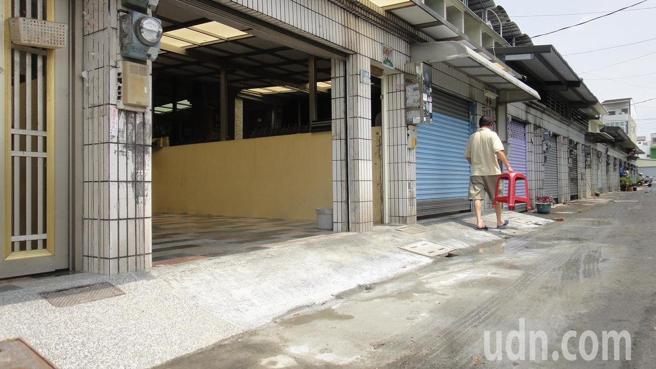 東港鎮船頭路該同一條街這個月來有4戶不約而同墊高。記者蔣繼平/攝影