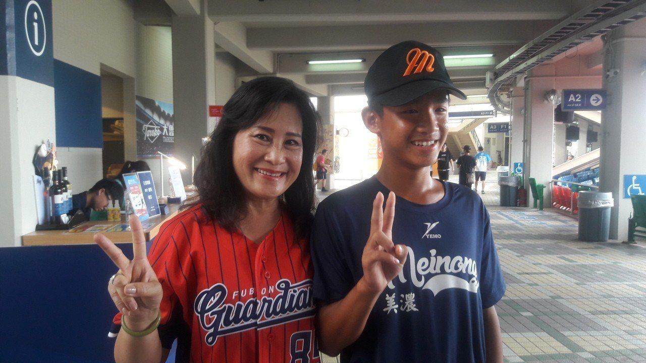 徐生明遺孀謝榮瑤(左)、劉彥翔一起出席「徐生明日」活動,感謝悍將隊一路支持。記者...