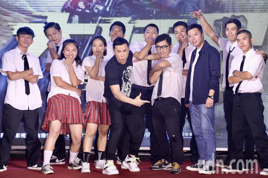 甄子丹(中)與導演闞家偉(右三)晚上出席電影《大師兄》在西門町舉行的紅毯首映。記...
