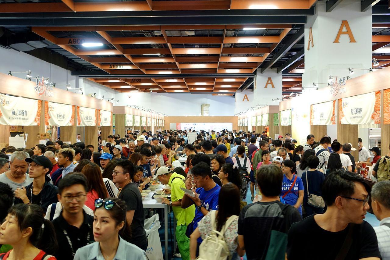 台灣美食節第3天小吃區湧入滿滿人潮。記者沈佩臻/攝影