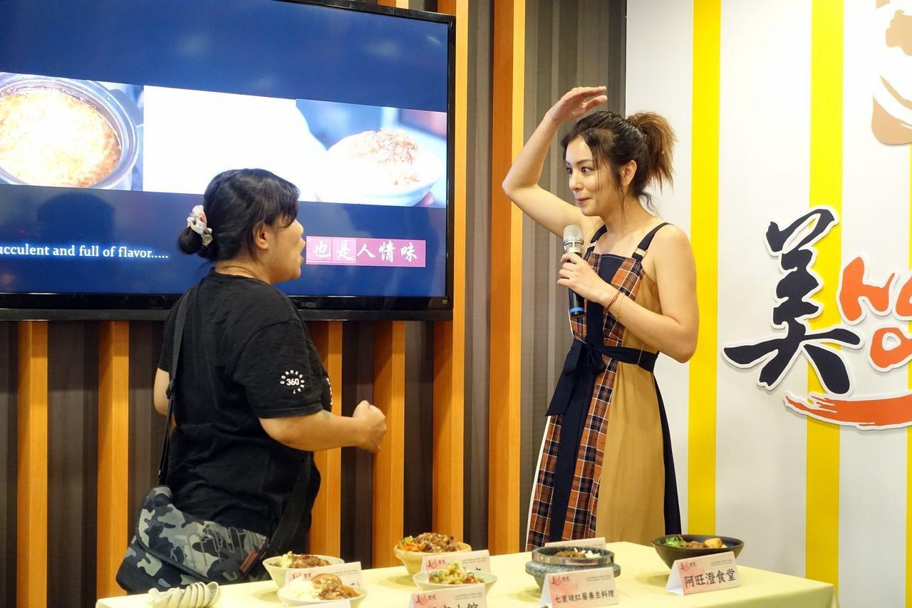 滷肉飯節代言人莎莎出席活動,與粉絲大玩滷肉飯拳。記者沈佩臻/攝影