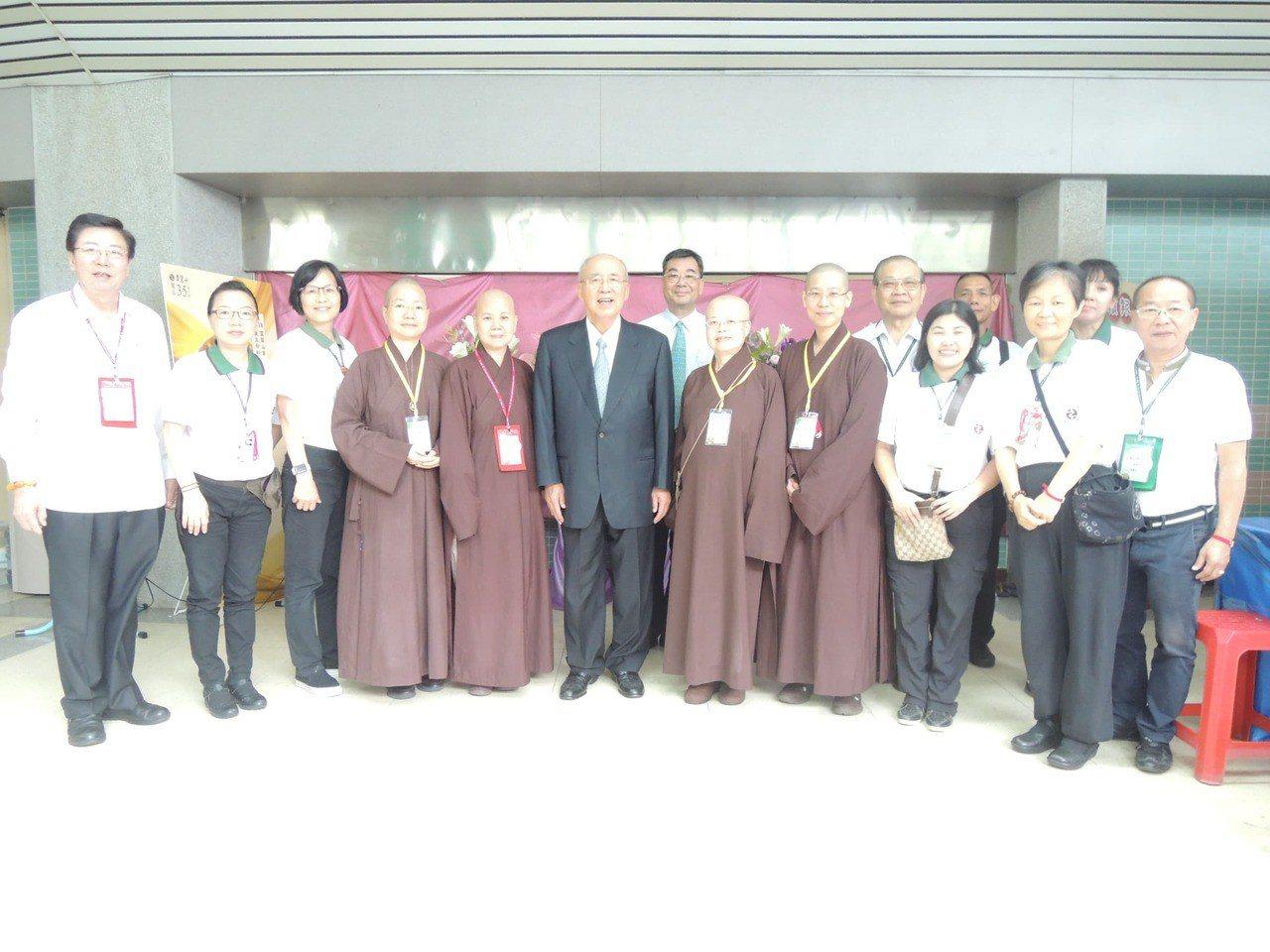 國民黨榮譽主席吳伯雄(中)今天參加靈鷲山水陸空大法會。圖/靈鷲山佛教教團提供