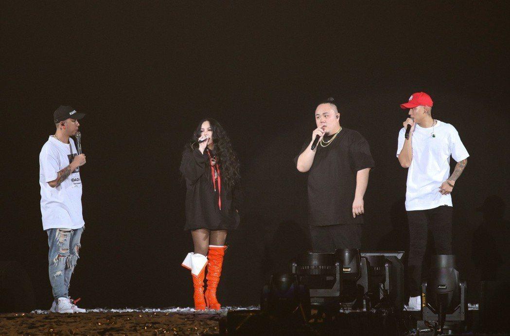 張惠妹(左二)擔任頑童MJ116的演唱會嘉賓。記者林士傑/攝影