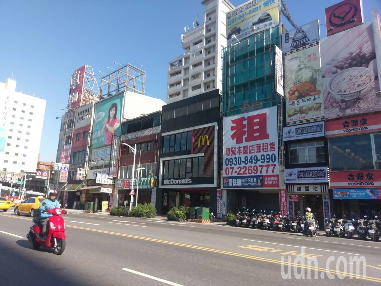 高雄火車站附近待租、待售的店面越來越多。記者謝梅芬/攝影
