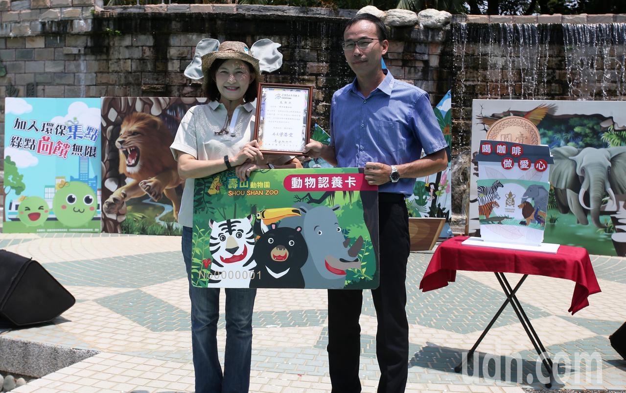 高雄市觀光局曾姿雯局長(左)表示,讓大小朋友更了解「溫柔的巨獸」的生態習性,並將...
