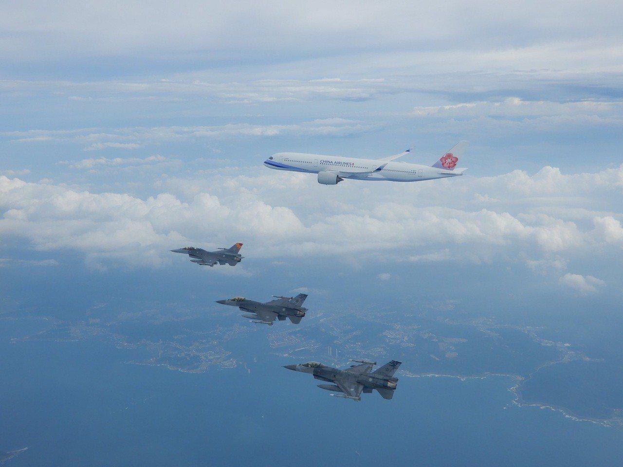 蔡總統今啟程出訪中南美洲友邦國家,空軍3架F-16戰機執行總統專機伴飛任務。圖/...