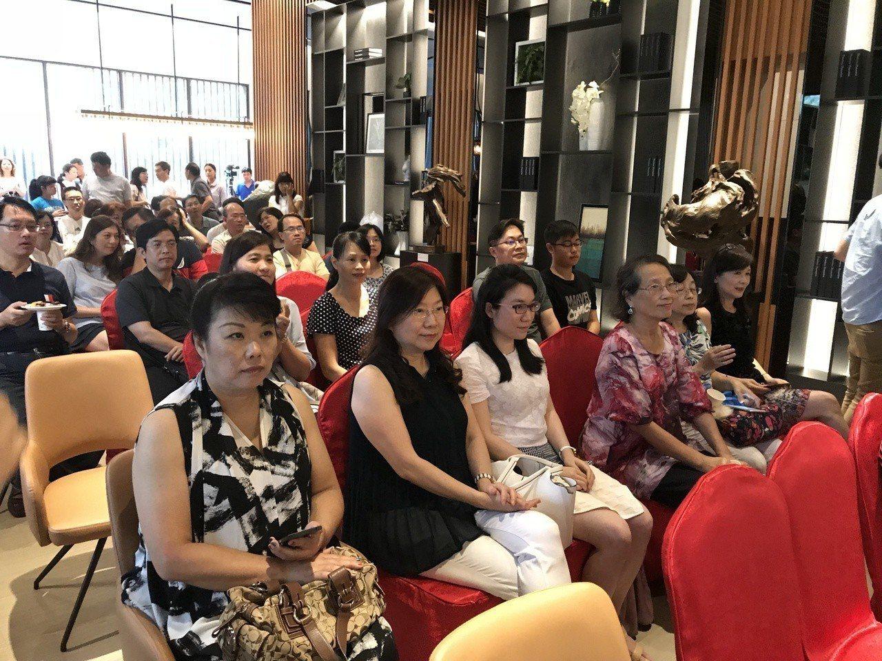 「極上惠友」請來雕塑家李凱宸舉辦「禪風舞木」個展,並舉行美學與建築對談會。記者李...