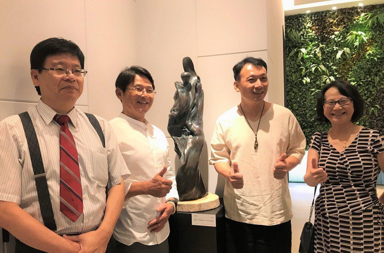 「極上惠友」請來雕塑家李凱宸舉辦「禪風舞木」個展,交大副校長林一平(左起)、惠友...