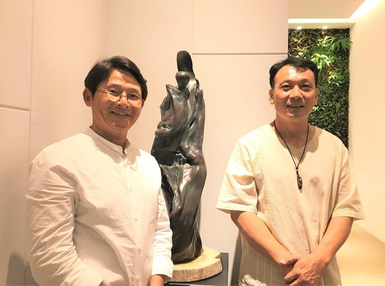 「極上惠友」請來雕塑家李凱宸舉辦「禪風舞木」個展,與建設總經理黃才丕(左)合影。...