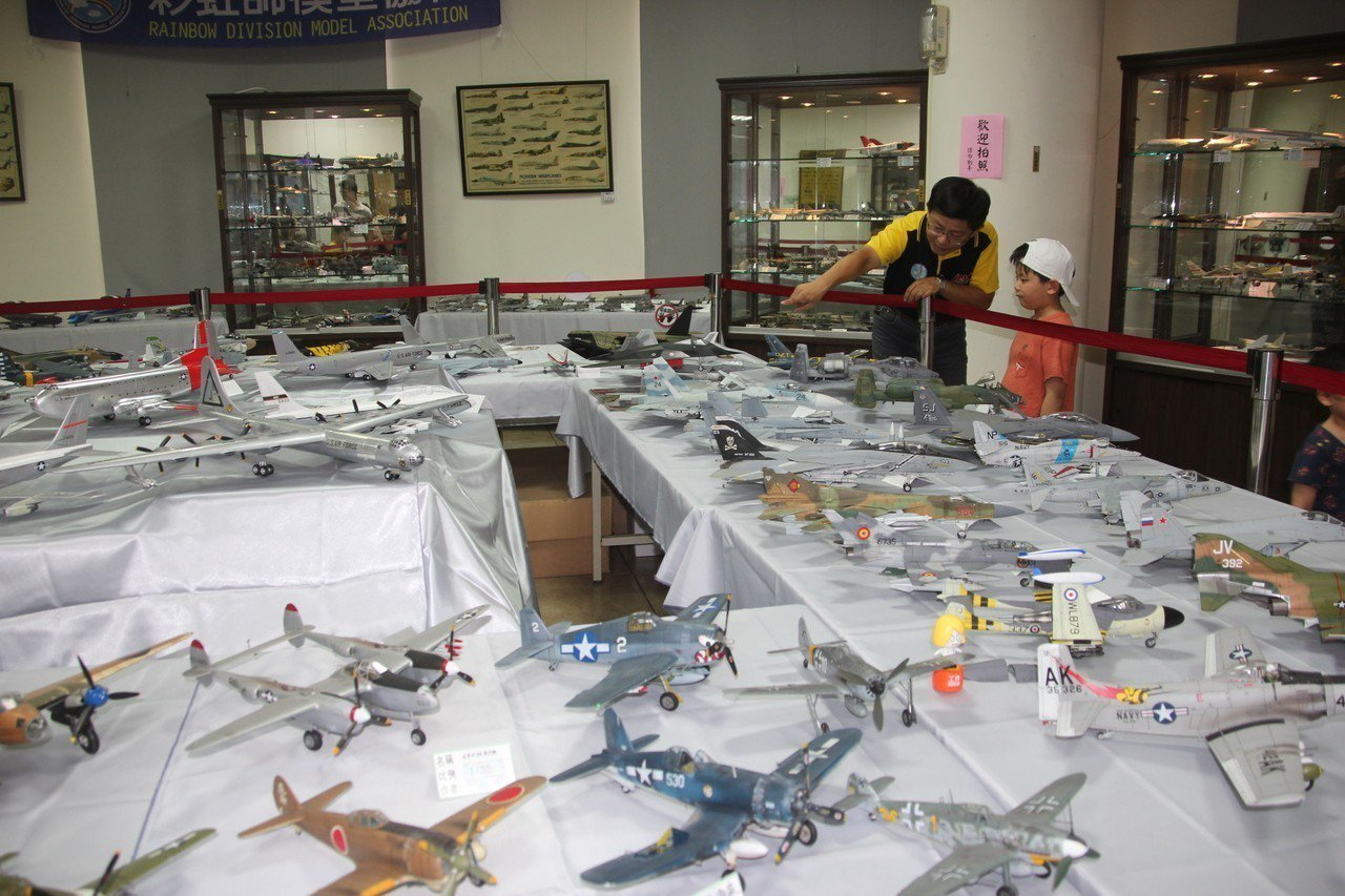 彰化市古月民俗館正展出彩虹師模型協會的飛機、戰車模型展,各國的戰鬥機齊聚一堂,也...
