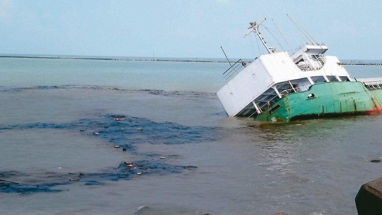 「嘉明二號」貨輪日前進入布袋商港擱淺,漏油清理後,昨再度漏出重油、汙染海面。 記...