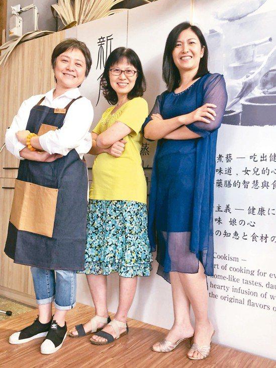 戴淑玲(左起)、黃秀莉、羅淑嫺3人的女兒是國中同學,建立兩代友誼,3位在職場各有...